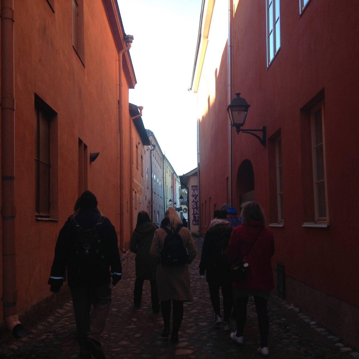 Culture Walk – kansatieteen opiskelijat tutustuttamassa turisteja Turkuun